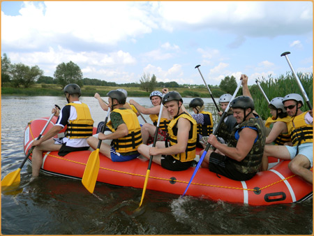Ребята плывут по реке Южный Буг.