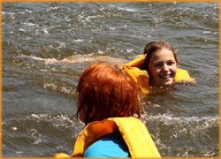 Дети с удовольствием плавают в реке Южный Буг