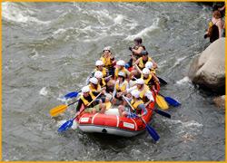 Рафт проходит пороги на реке