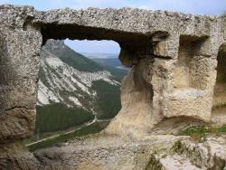 Вид на Крымские горы через отверстие в скале
