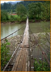 Подвесной мост через речку.