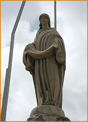 На вершине горы Хомяк воздвигнута статуя Деве Марии.