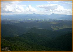 Бескрайние синие горы Карпат и голубое небо.