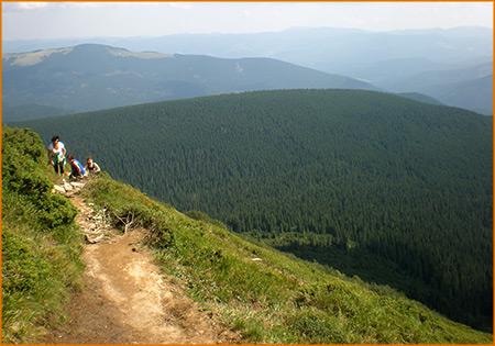 По горной тропе к вершинам Черногорского хребта.