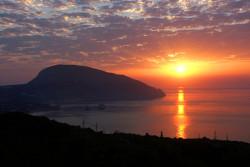 Малиновый закат на побережье Крыма