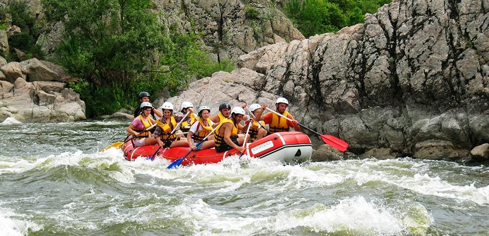 Рафтеры сплавляются по порогам реки Южный Буг